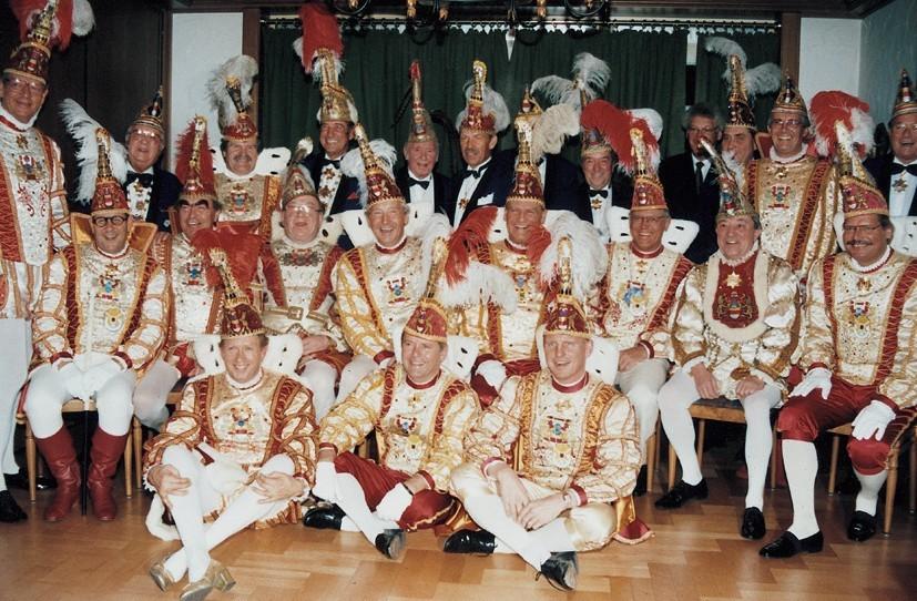 """In voller Pracht trafen sich die Mitglieder der Prinzengarde mit ihren Original-Kostümen und Mützen im """"Deutschen Vater"""" bei Micklinghoff."""