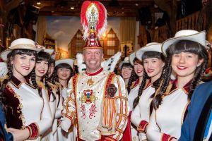 Amazonentanzkorps begleitet Prinz Karneval zum Start in die Session
