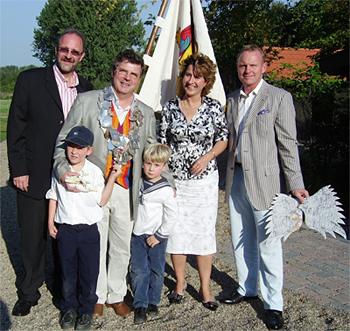 Dr. Michael Nölle mit seiner Königin Carolina, den Söhnen Tristan und Leonard sowie den Adjutanten Thomas Christenhusz und Wolfgang Möhle.