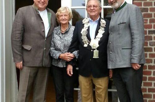 Schützenkönig Heinz Alichmann mit seiner Königin Maria (Mitte) und den Adjutanten Bernard Homann und Rolf Jungenblut